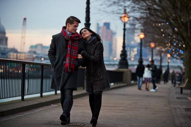 paare, die am südufer bei winter besuch in london - städtetrip stock-fotos und bilder