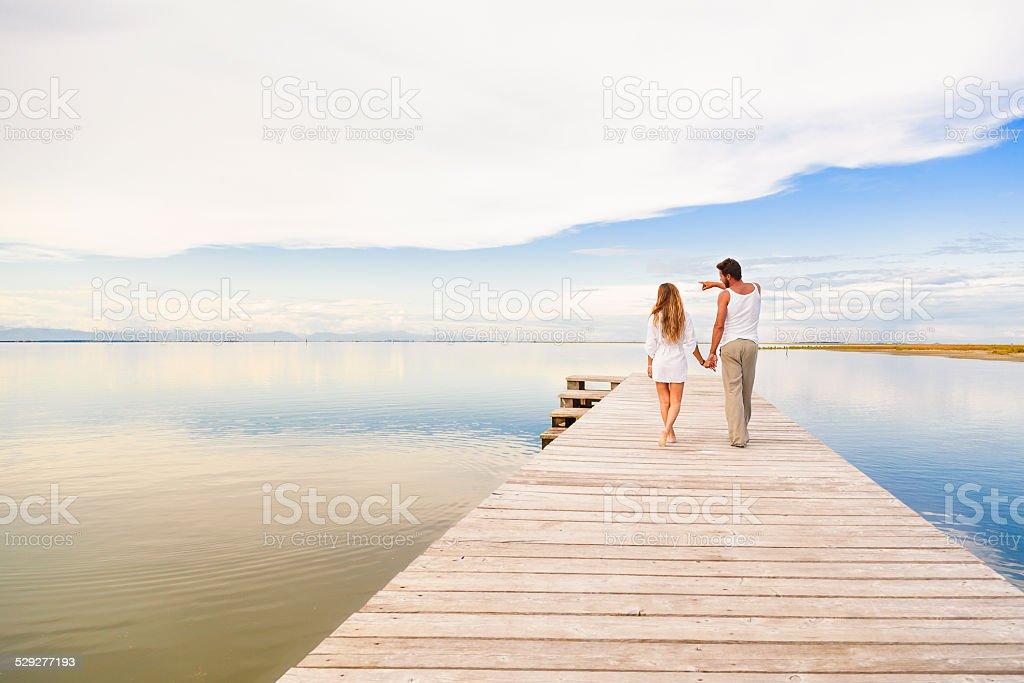 Paar Spazier- und zeigt auf den Horizont – Foto