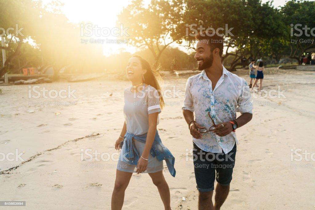 Paare, die am Strand im sonnigen Tag – Foto