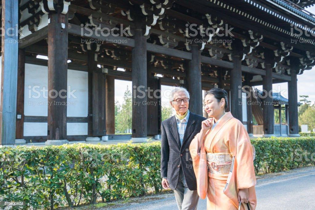Couple marchant au Temple Tofuku-ji photo libre de droits