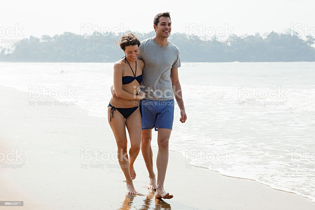 Couple walking by the ocean foto de stock libre de derechos