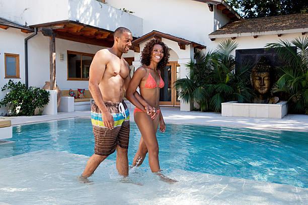paar zu fuß in den swimmingpool - pool schritte stock-fotos und bilder