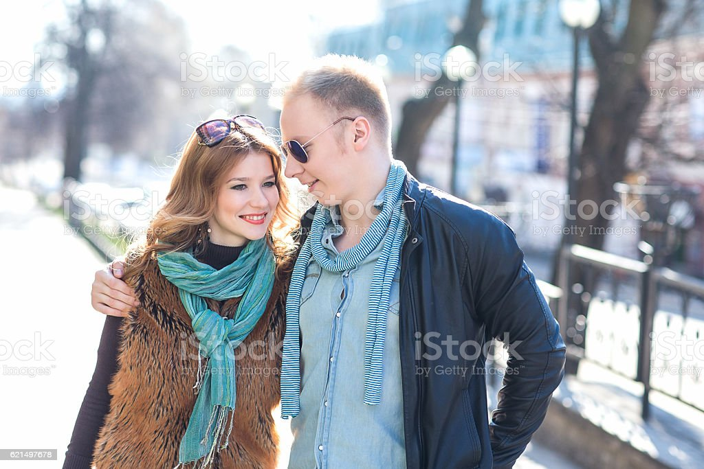 Paar walking im park Lizenzfreies stock-foto