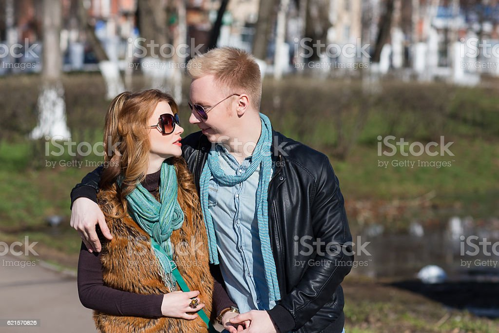 couple marchant dans le parc photo libre de droits