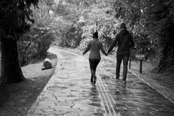 Paare, die im Regen am Lago Negro - alten Stil Foto in schwarz und weiß. – Foto