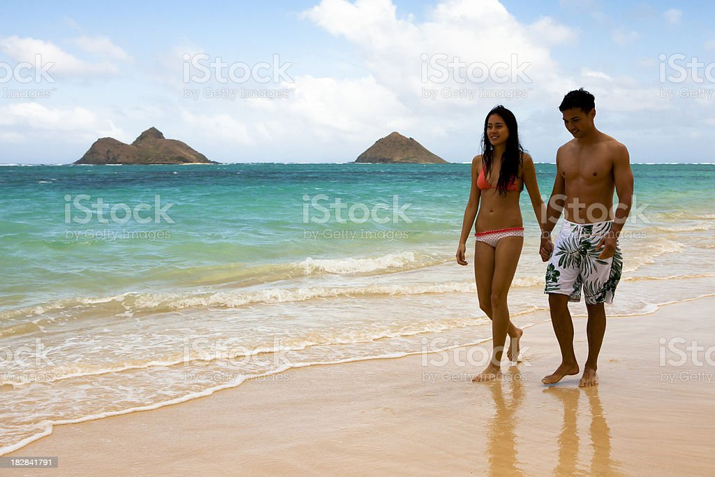 Paar zu Fuß am Strand – Foto