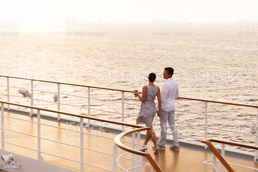 couple marchant sur le Pont de bateau de croisière - Photo