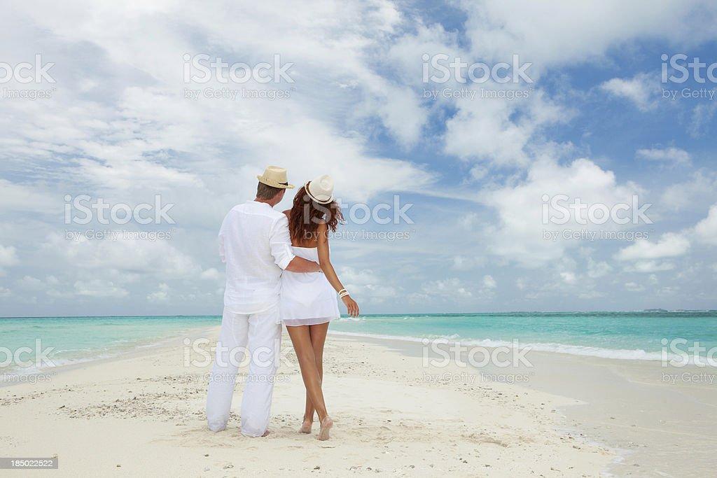 Paar zu Fuß am Strand auf das – Foto