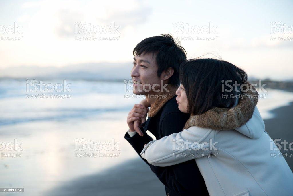 ビーチのビーチを散歩するカップル ストックフォト