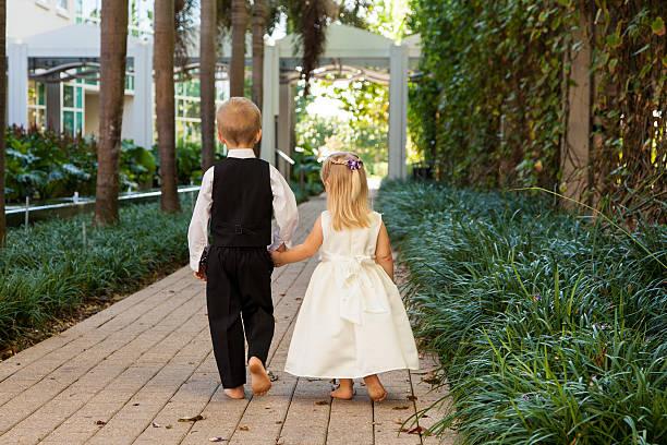 walking für paare - hochzeitsfeier mit kindern stock-fotos und bilder