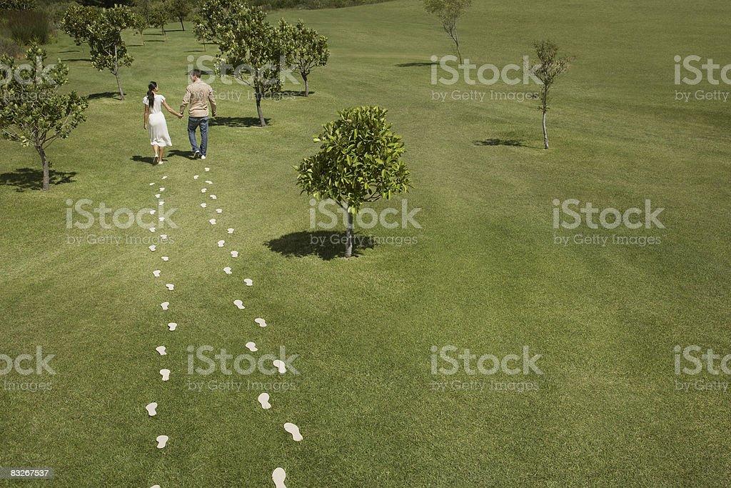 Para idąc przez pole przegrywacie footprints zbiór zdjęć royalty-free
