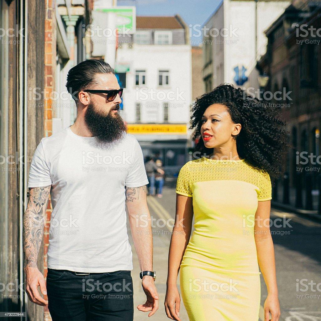 Casal caminhando pela cidade - foto de acervo