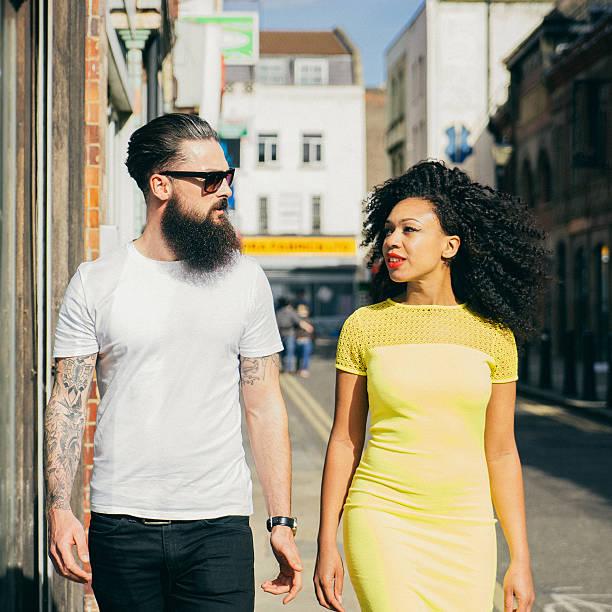 couple marchant dans la ville - mode londres photos et images de collection