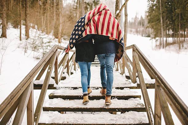 Paar Spaziergang im winter park-Tuch mit amerikanischer Flagge – Foto