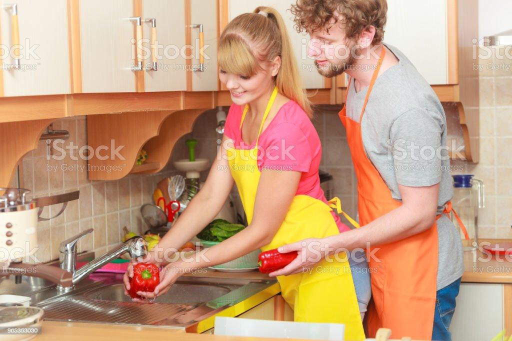 커플입니다 씻기의 신선한 채소와 주방 - 로열티 프리 가정 생활 스톡 사진