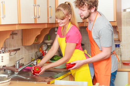 커플입니다 씻기의 신선한 채소와 주방 가정 생활에 대한 스톡 사진 및 기타 이미지