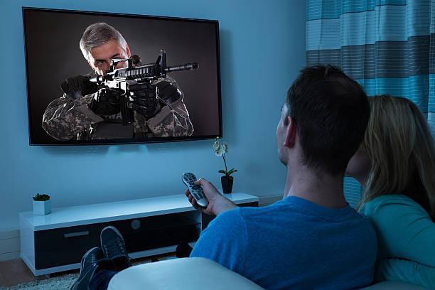pareja viendo la película - family watching tv fotografías e imágenes de stock