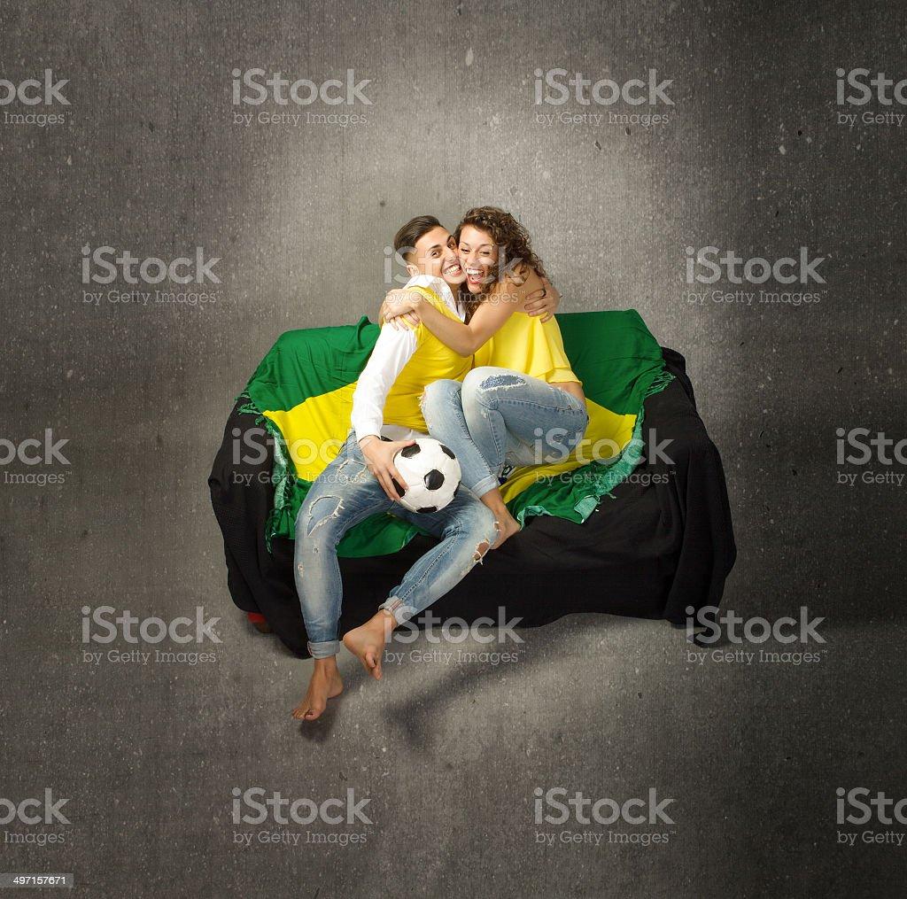 Casal assistindo jogo de futebol e abraçando depois objetivo - foto de acervo