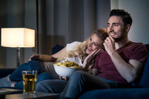 Ehepaar zu Hause Film ansehen – Foto