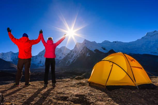paar gerade sonnenaufgang im himalaya, mount everest-nationalpark - zelt stehhöhe stock-fotos und bilder
