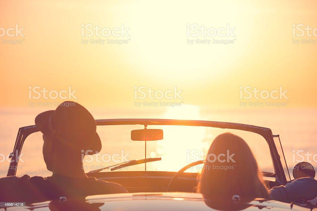 Paar Beobachten Den Sonnenuntergang In Einem Cabrio Auto Stockfoto