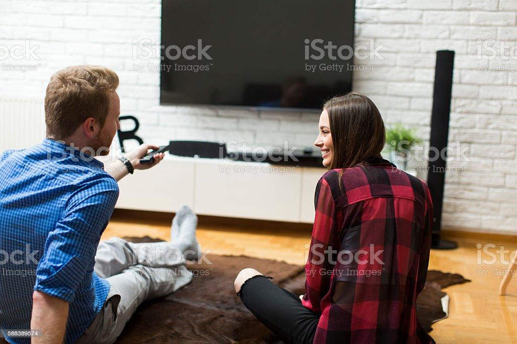 Pareja viendo televisión - foto de stock