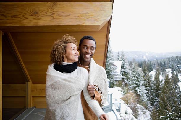 couple portant une couverture - station de ski photos et images de collection