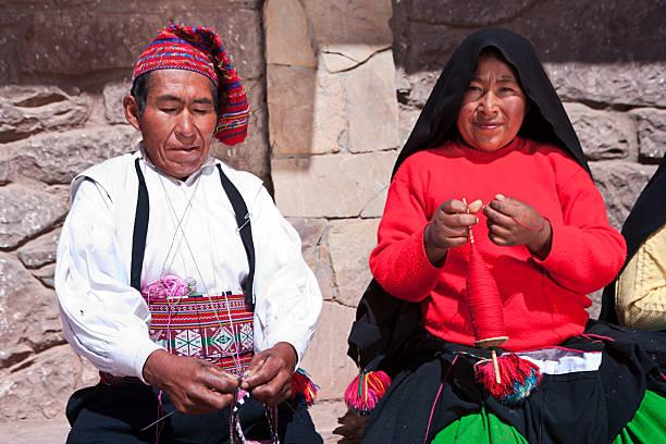 カップルに編みこみタキーレ島でペルー - プノ ストックフォトと画像