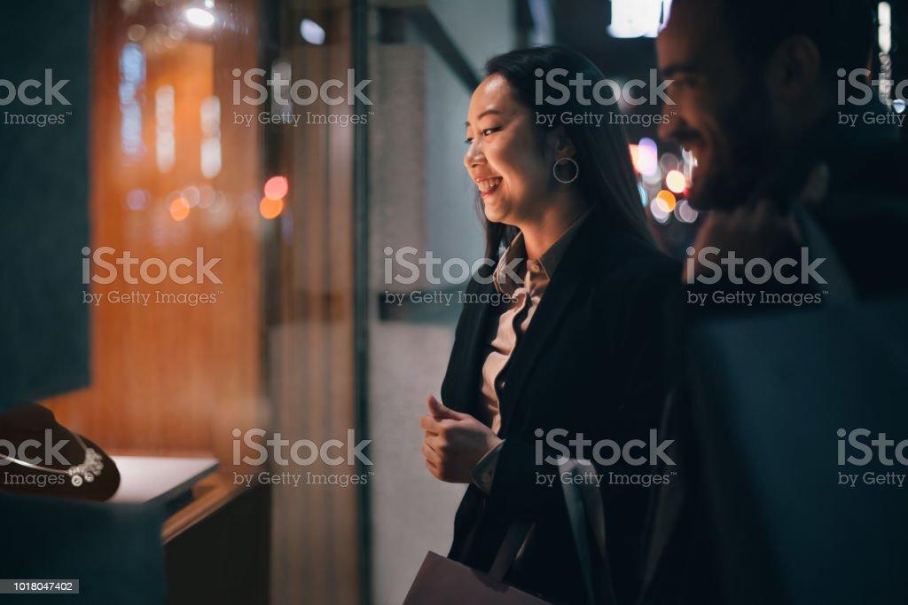 Paar Schaufensterbummel im Freien im winter – Foto