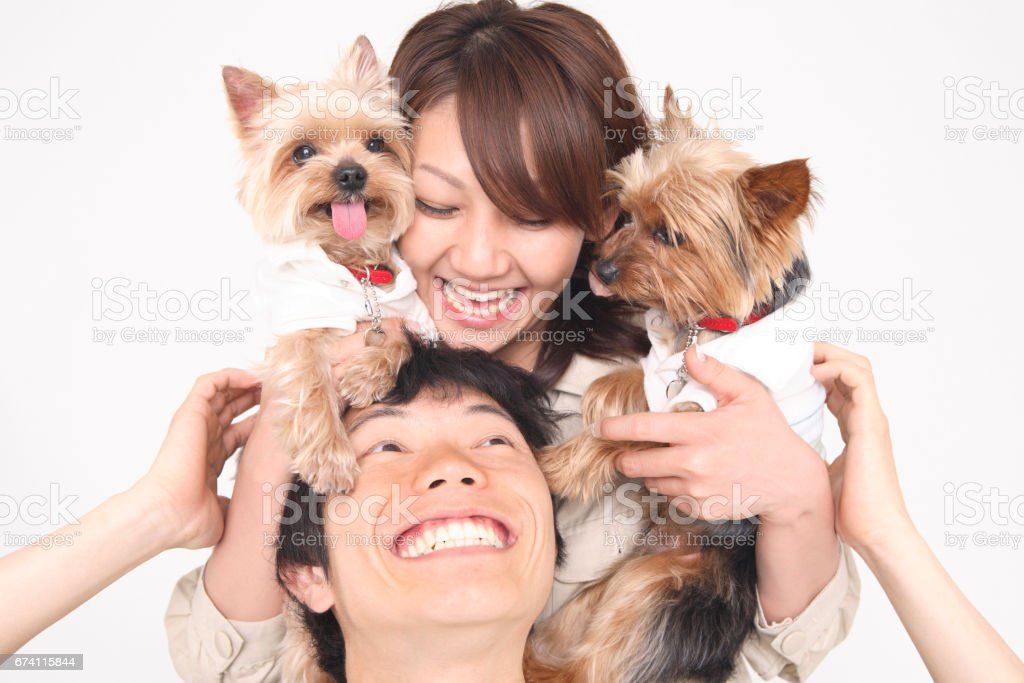 一對夫婦有一隻小狗 免版稅 stock photo