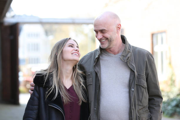Couple with age difference looks in love Paar mit Altersunterschied sieht sich verliebt an age contrast stock pictures, royalty-free photos & images