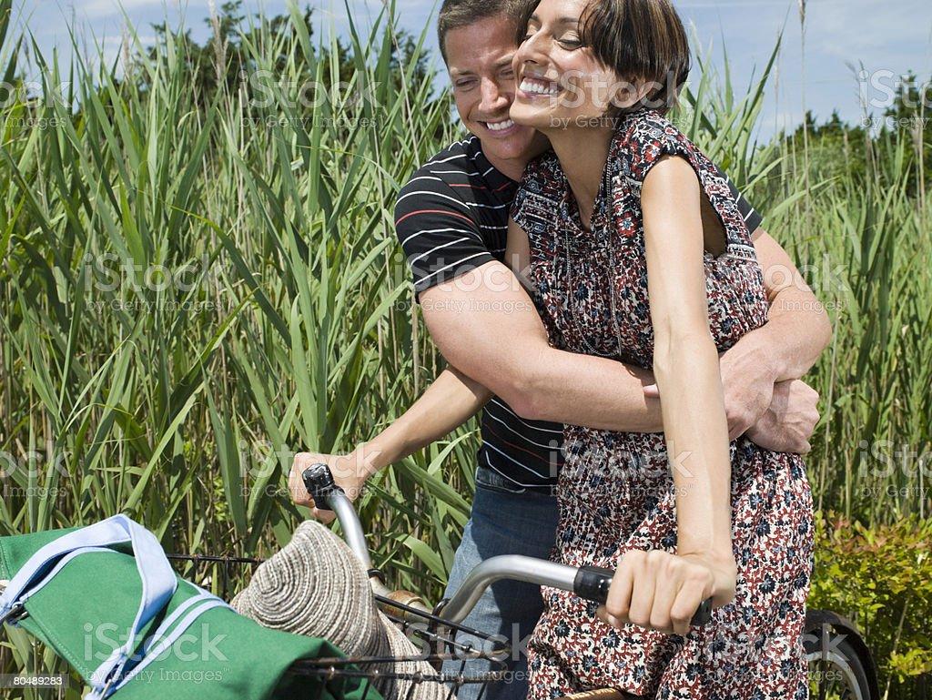 Casal com Bicicletas foto de stock royalty-free