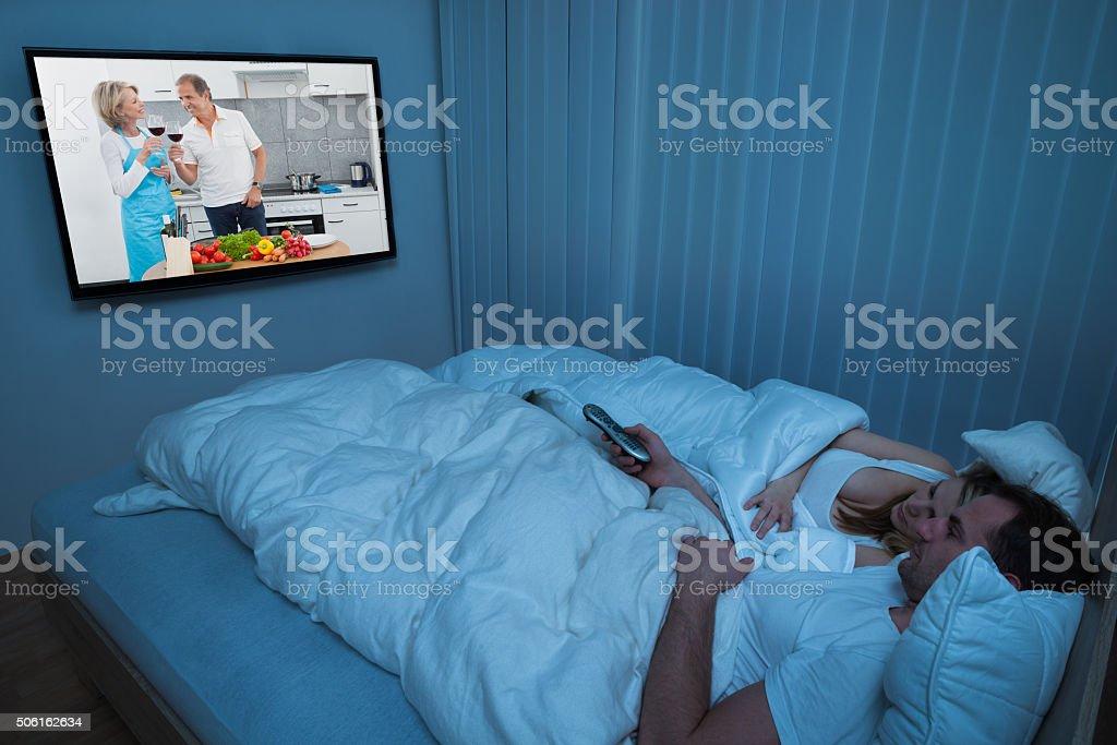 Paar Mit Decke Vor Dem Fernseher Stockfoto und mehr Bilder ...