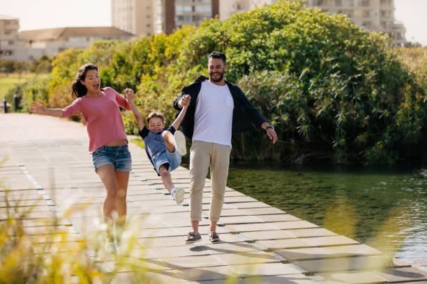 paar mit kind an einem tag - ferienpark stock-fotos und bilder