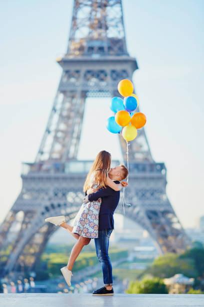 Paar mit bunten Luftballons in der Nähe des Eiffelturms – Foto
