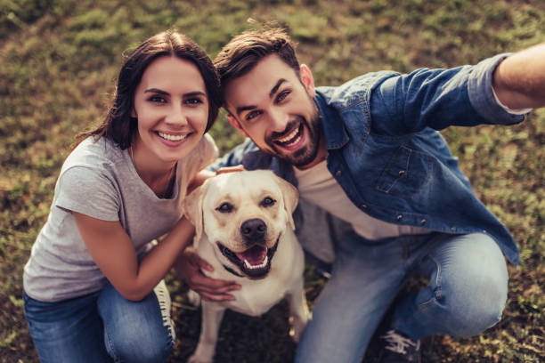 couple with dog - happy dog imagens e fotografias de stock