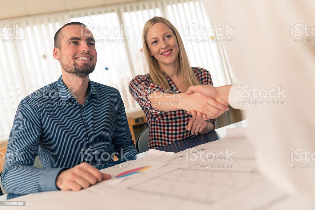 Casal com Consultor financeiro - foto de acervo