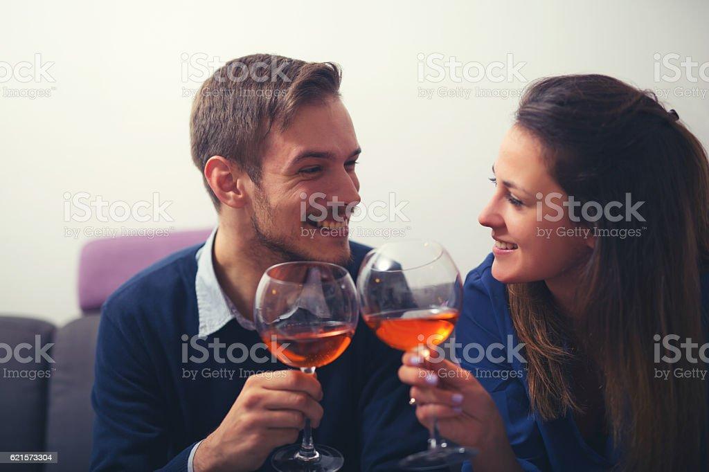 Couple avec verres de vin rouge photo libre de droits