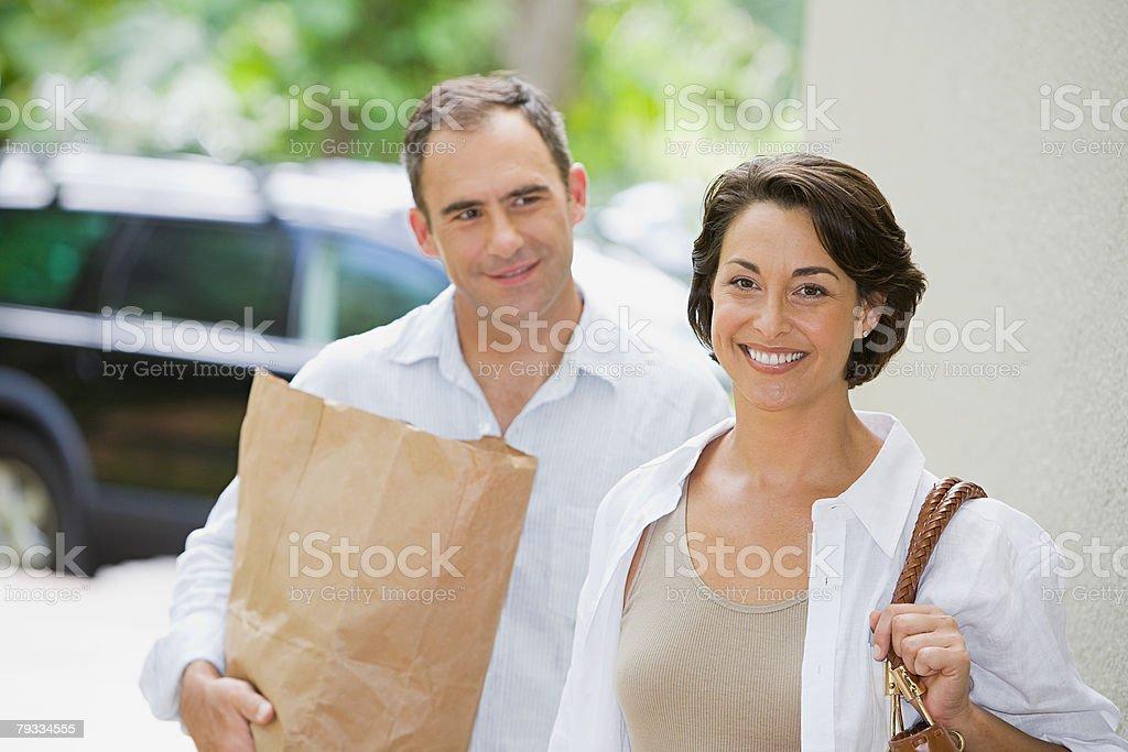 Paar mit Lebensmitteln Lizenzfreies stock-foto