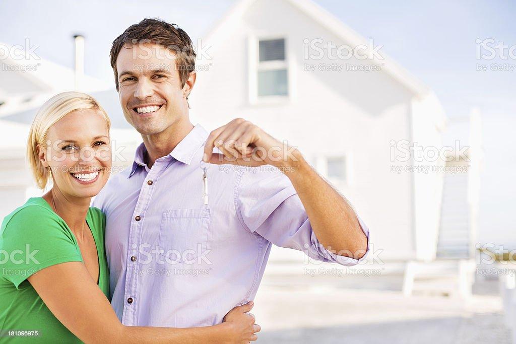 Paar mit Schlüsseln stehen vor neues Haus Lizenzfreies stock-foto