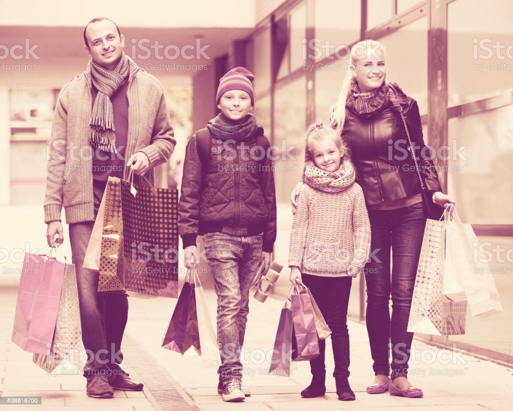 Casal com as crianças na rua da cidade - foto de acervo