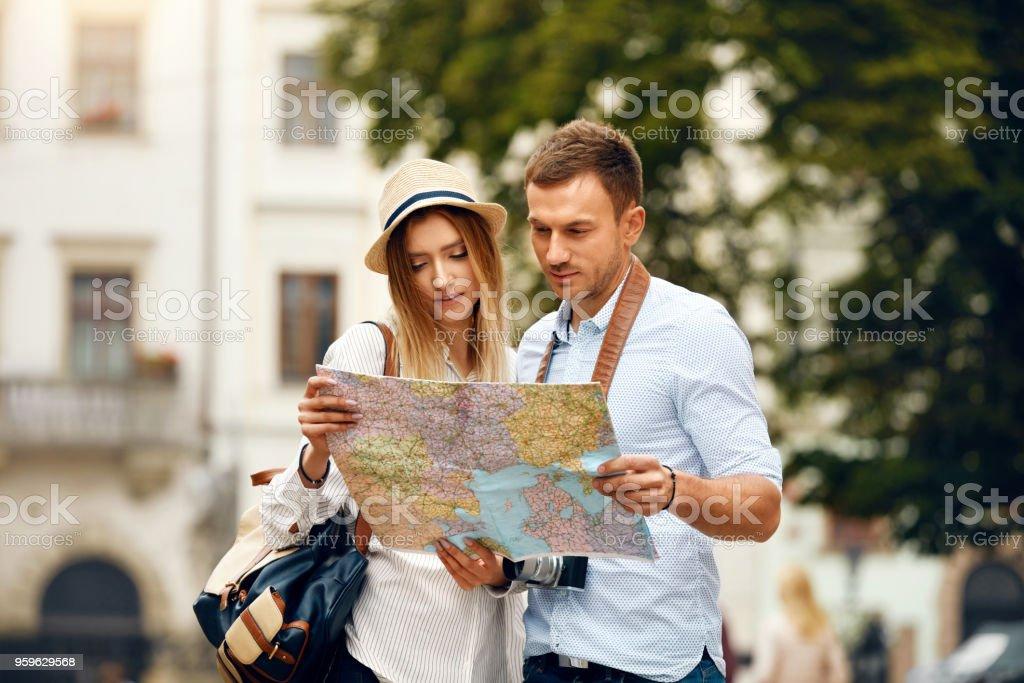 Pareja con el mapa de viajes vacaciones, turismo - Foto de stock de Actividad libre de derechos