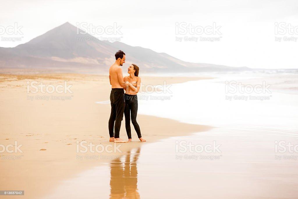 Pareja Con El Torso Desnudo En La Playa Foto de stock y