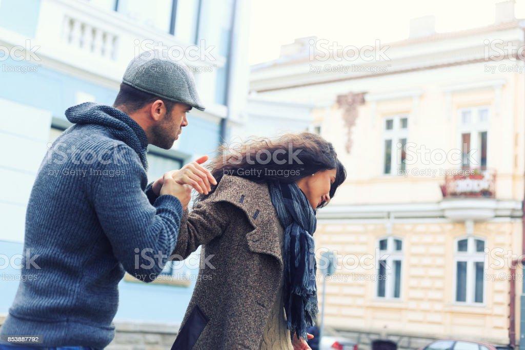 カップルは街で人間関係の問題 ストックフォト