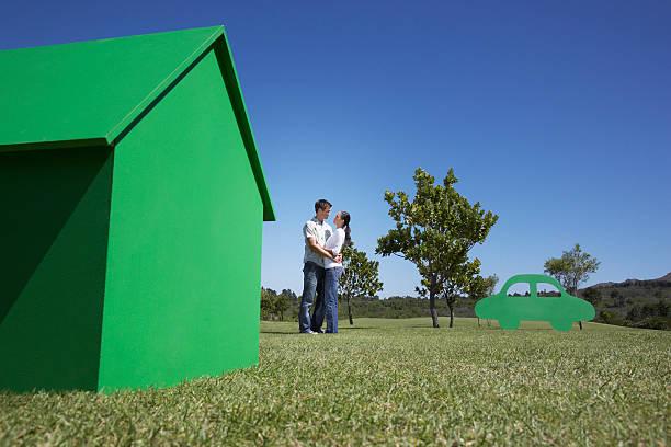 Paar mit kleinen Modell-Haus und Ausschnitt – Foto