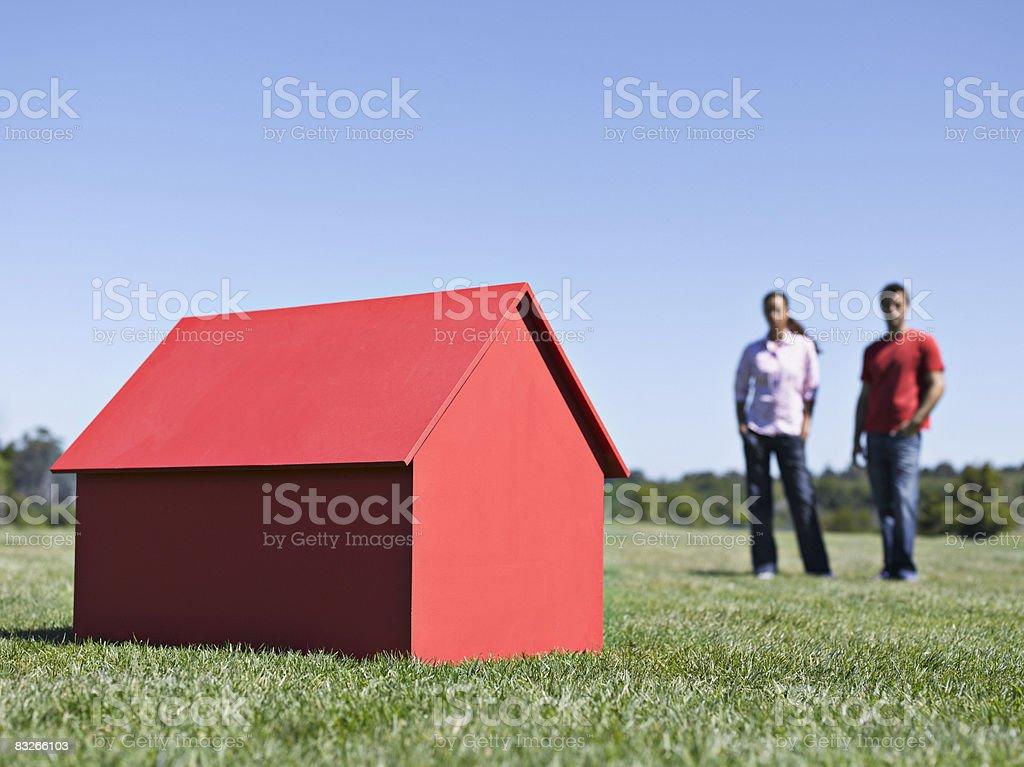 Para z małego modelu domu zbiór zdjęć royalty-free