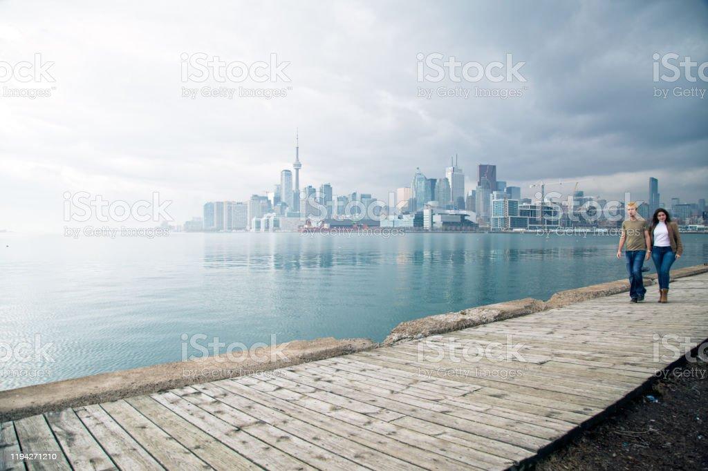 Koppel met Toronto skyline - Royalty-free Architectuur Stockfoto
