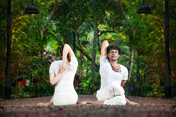 paar-yoga gomukhasana kuh - - yin yoga stock-fotos und bilder