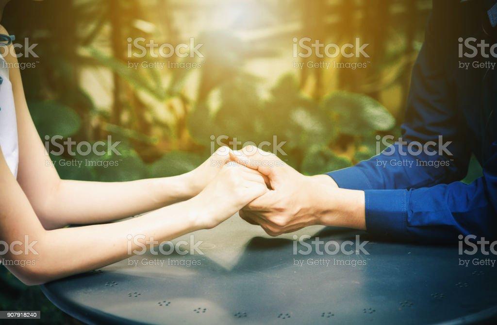 Paare sind im Park mit Morgenlicht Händeschütteln. – Foto