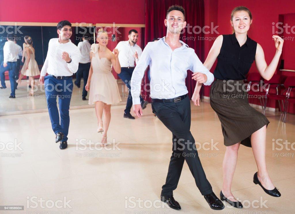 Couples dansant le boogie-woogie - Photo